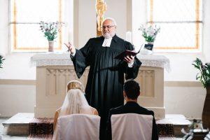 Kirchliche Trauung mit Priester in Brandenburg - Herzklopfreportagen by Steven Ritzer