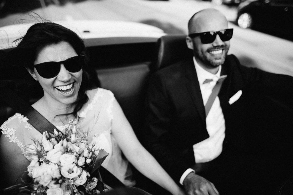 Hochzeitspaar im Auto in Potsdam