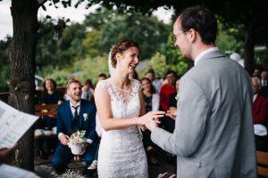 Ringübergabe bei Hochzeit in Potsdam - Herzklopfreportagen by Steven Ritzer