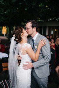 Hochzeitskuss bei der freien Trauung in Potsdam - Herzklopfreportagen by Steven Ritzer