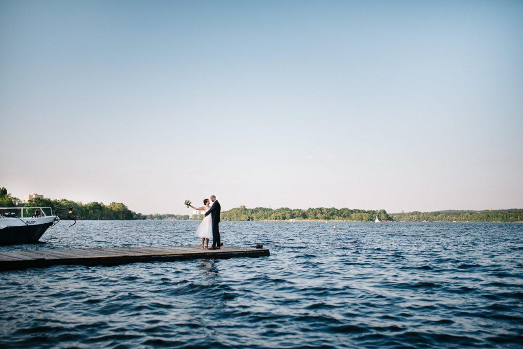 Brautpaar auf dem Steg bei einer Hochzeit in Potsdam