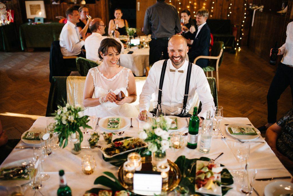 zufriedenes Brautpaar in Potsdam