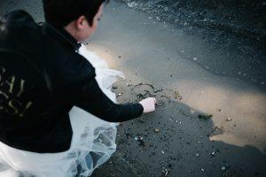 Herz mit Initialen am Strand in den Sand gemalt - Herzklopfreportagen by Steven Ritzer