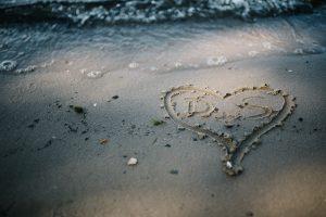 In Potsdam ein Herz in den Sand gemalt - Herzklopfreportagen by Steven Ritzer