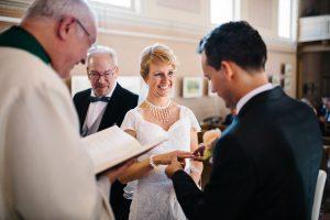 Bräutigam steckt der Braut den Ring an die Hand - Kirchliche Trauung Herzklopfreportagen by Steven Ritzer