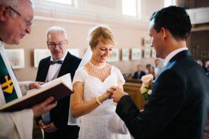 Bräutigam steckt der Braut den Ring an die Hand - Kirchliche Trauung - Herzklopfreportagen by Steven Ritzer