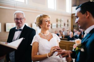 Braut steckt dem Bräutigam den Ring an - Herzklopfreportagen by Steven Ritzer