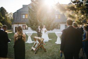 Brautpaar beim Sektempfang im Sonnenlicht -Herzklopfreportagen by Steven Ritzer