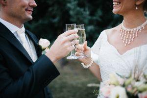 Brautpaar beim Sektempfang anstoßen -Herzklopfreportagen by Steven Ritzer