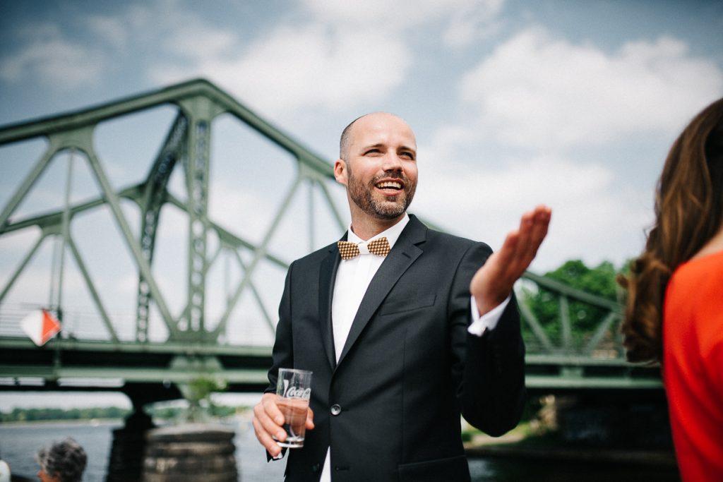Bräutigam auf dem Schiff an der Glienicker Brücke Potsdam Hochzeit