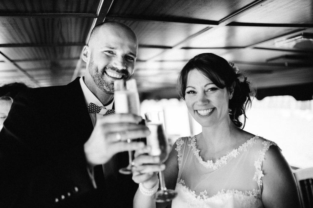 Brautpaar stoßt an Hochzeit Potsdam