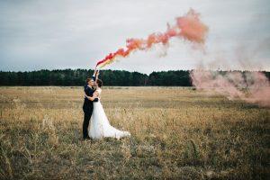 Hochzeitspaar mit Rauchbombe - Herzklopfreportagen by Steven Ritzer