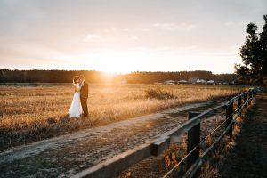 Hochzeitspaar im Sonnenuntergang - Herzklopfreportagen by Steven Ritzer