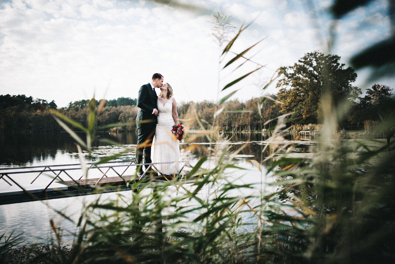 Hochzeitspaar auf Steg am Haus am Bauernsee im Herbst - Herzklopfreportagen by Steven Ritzer