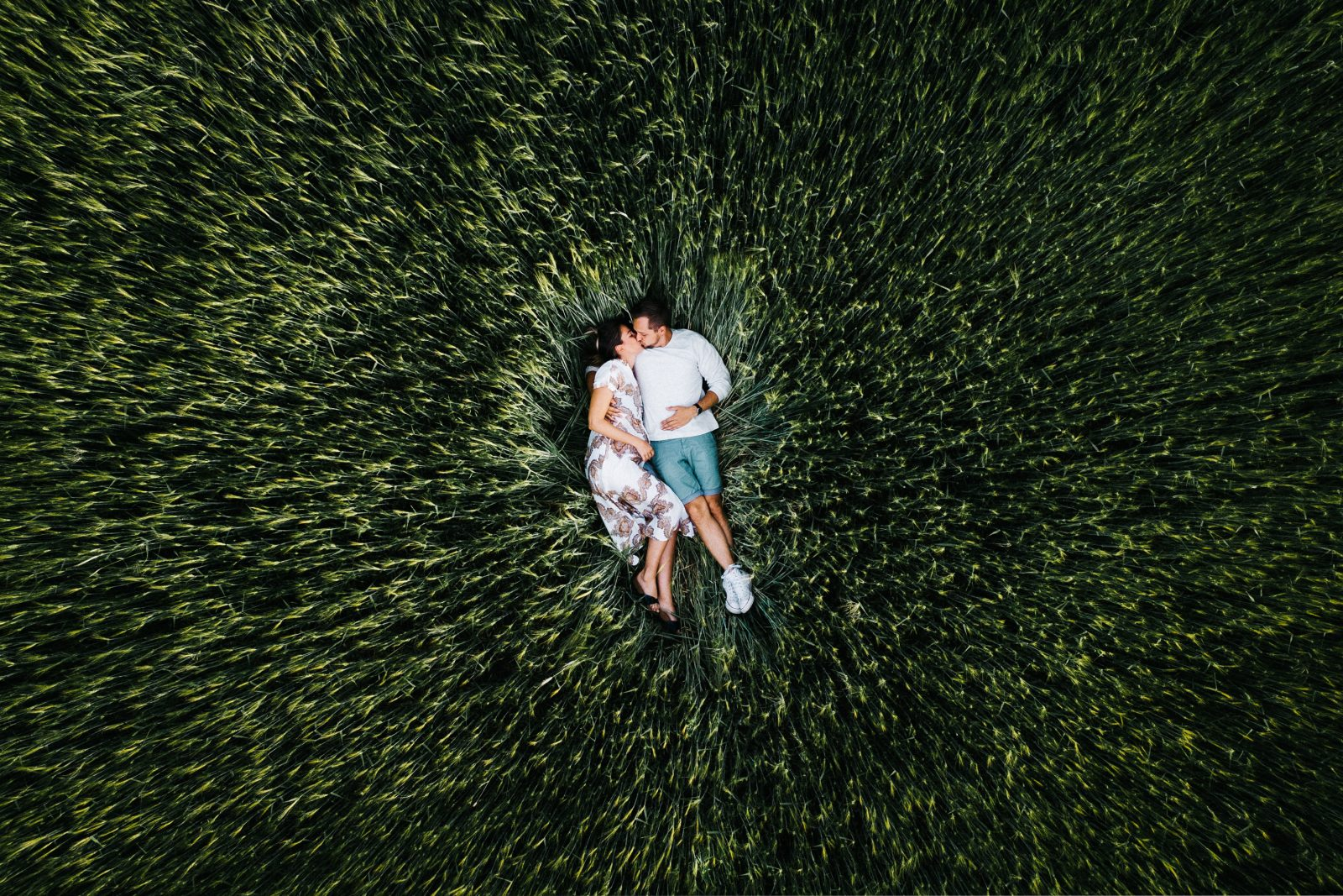 Verlobungsschooting - Engagementshooting im Roggenfeld in Brandenburg mit Drohne aufgenommen - Luftaufnahme - Herzklopfreportagen by Steven Ritzer